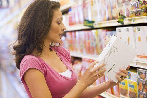 Kobieta czyta etykiety produktów