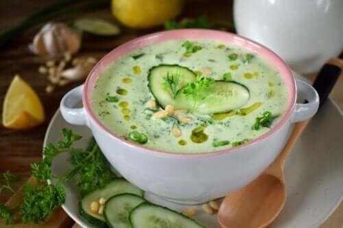 Niskokaloryczna zupa z ogórka zielonego i awokado