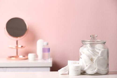 Organizacja łazienki - wykorzystaj do tego celu różne słoiki i flakony!