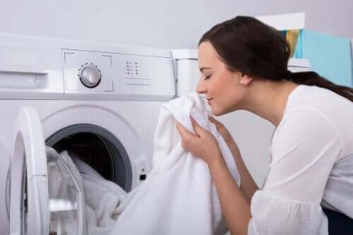 Jak pozbyć się stęchłego zapachu z ubrań? Poznaj kilka cennych porad