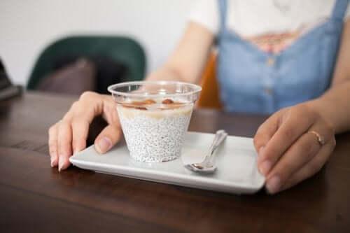 Zdrowe przekąski, które możesz zabrać do pracy – poznaj kilka propozycji