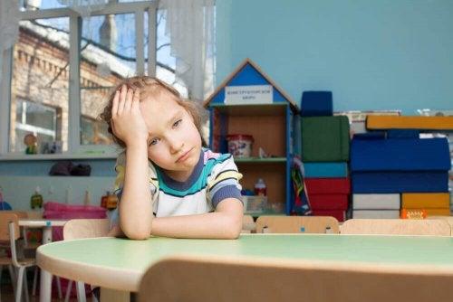 Zmartwiona dziewczynka w przedszkolu