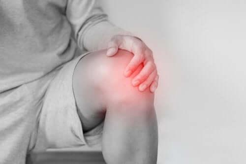 Zwichnięcie stawu kolanowego: poznaj jego przyczyny, leczenie i metody rehabilitacji