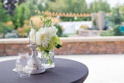 """Dekoracje pośrodku stołu: tanie pomysły """"zrób to sam"""""""
