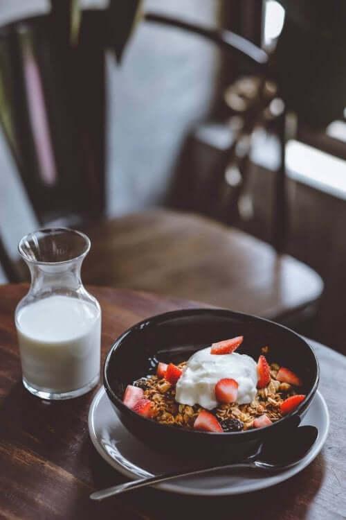 Miska płatków z truskawkami, co jeść przy cukrzycy