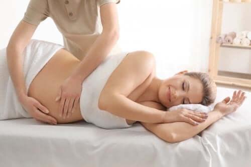 Kobieta w ciąży podczas masażu
