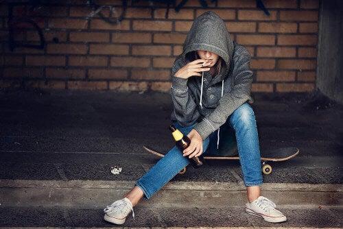 Craving - młody człowiek pali i pije
