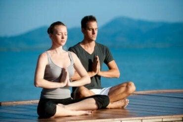 Uprawianie jogi z partnerem: poznaj zalety tego rozwiązania!