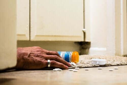 Ręka zbierająca rozsypane opioidy