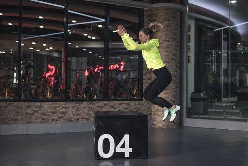 Trening - kobieta wykonuje skok