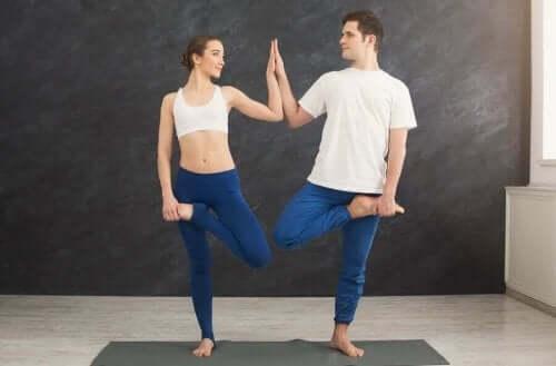 Uprawianie jogi z partnerem