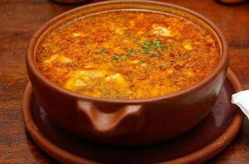 Zupa z czosnku z chorizo