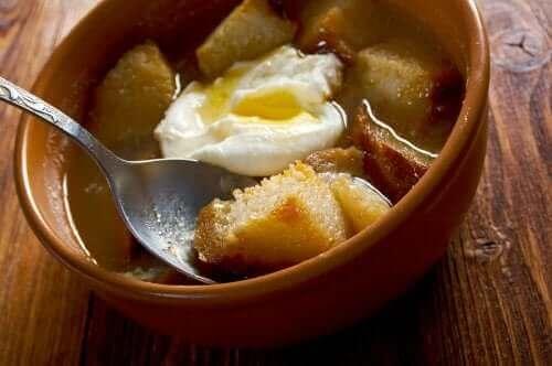 Przykład zupy z jajkiem i grzankami