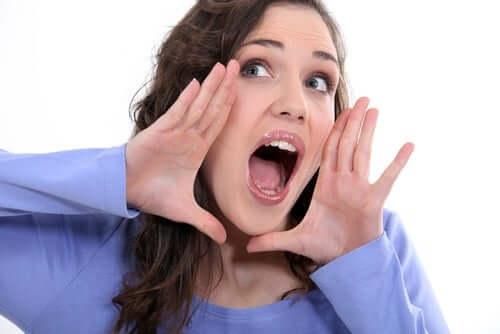 Afonia - krzycząca kobieta