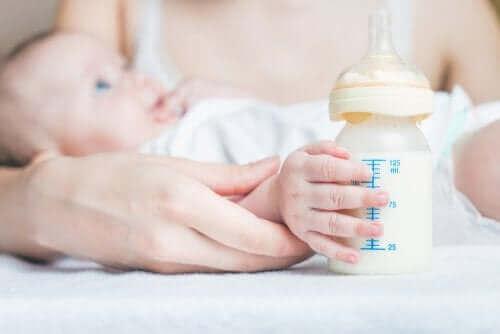 Karmienie butelką może pomóc dziecku uporać się z połykaniem powietrza i zredukować gazy