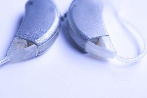 Implant ślimakowy to nie to samo co aparat słuchowy