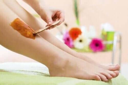 Depilacja woskiem to bolesna metoda usuwania włosów