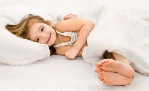 Szczęśliwe dziecko na poduszce