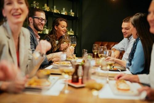 Jeść poza domem w zdrowy sposób - jak to możliwe?