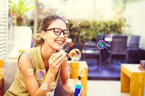 Kobieta puszczająca bańki mydlane - ćwiczenia uważności