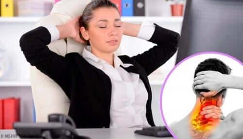 Kobieta z bólem głowy - przykurcz mięśni