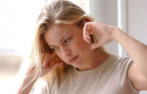 Kobieta z zawrotami głowy - łagodne napadowe pozycyjne zawroty głowy