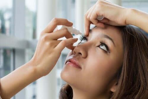 Kobieta zakrapla oko lekiem z oksymetazoliną