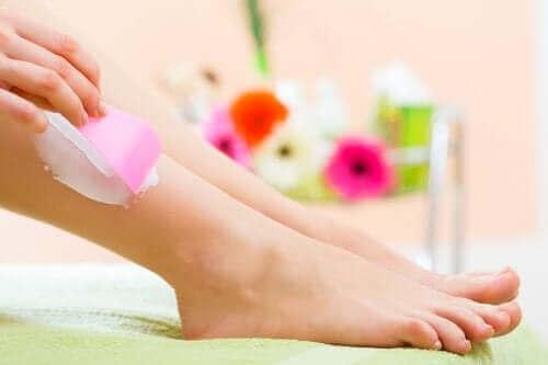 Kobieta używa kremu do depilacji na nogach