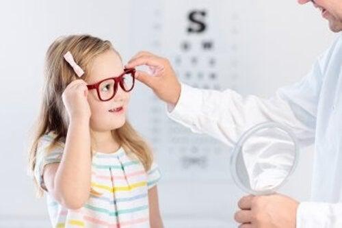 Dziewczynka u okulisty