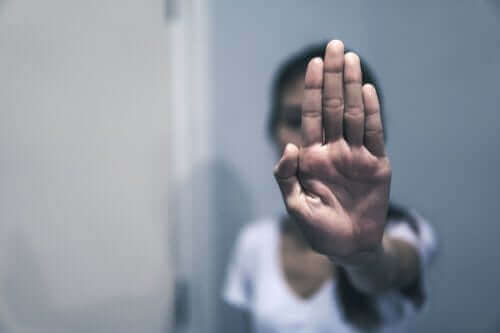 Osoba pokazuje znak stopu dłonią