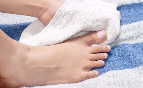 Osuszanie stóp ręcznikiem