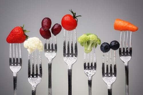 Owoce i warzywa nabite na widelce - jak ochronić się przed otyłością