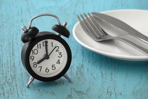 Post przerywany - budzik i talerz
