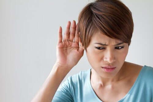 Kobieta ma problemy ze słuchem