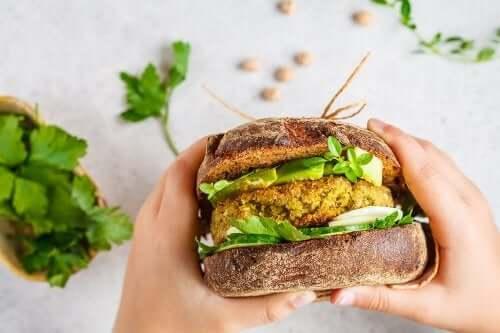 Wegańskie burgery – 2 przepisy, które musisz wypróbować