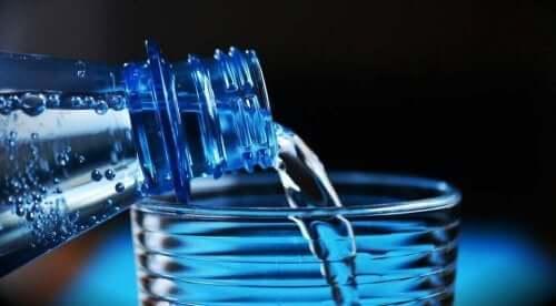 Woda wlewana do szklanki