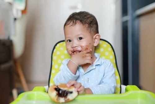 Brudne dziecko podczas jedzenia