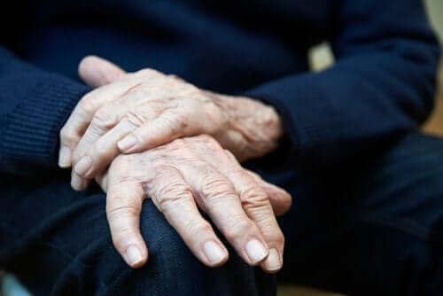 Drżenie samoistne: objawy, przyczyny i leczenie
