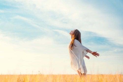 Kobieta oddychająca świeżym powietrzem