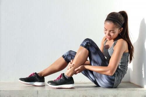 Kobieta z bólem łydki - opóźniona bolesność mięśni