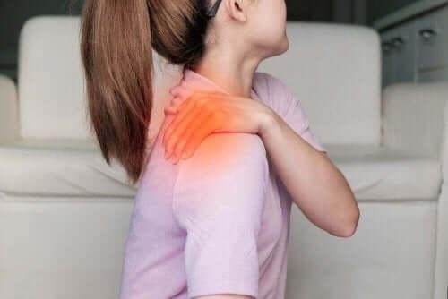 Kobieta z bólem ramienia