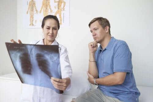 Zapalenie opłucnej: objawy, przyczyny, leczenie