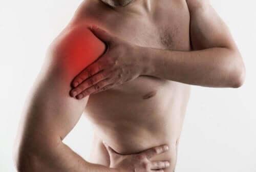 Mężczyzna z bólem ramienia