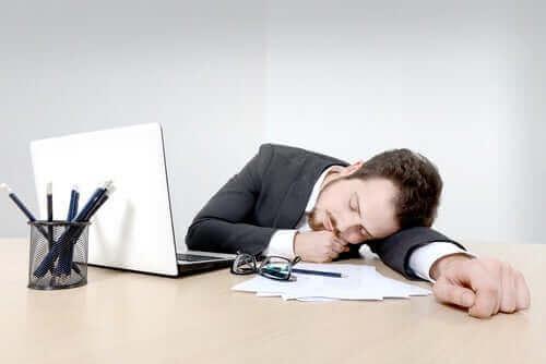 Mężczyzna śpiący w pracy