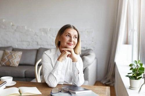 Uśmiechnięta starsza kobieta - jak wyrobić w sobie nawyk