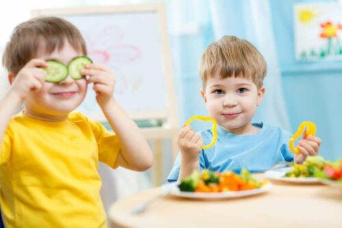 Zdrowa żywność dla dzieci - bracia jedzą razem