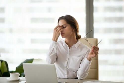 Cyfrowe zmęczenie wzroku: jak wpływają na nas ekrany