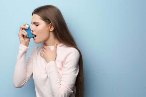 Astma - kobieta używa inhalatora