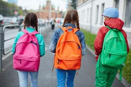 Dzieci niosące szkolne plecaki