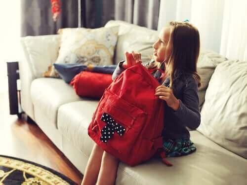 Dziewczynka zapinająca plecak